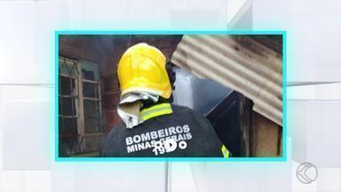 Jovem coloca fogo em casa após brigar com esposa em Além Paraíba - Rapaz fugiu após o fato, mas se entregou depois com a companhia do pai. Esposa e filha não se feriram; casa foi destruída, diz Corpo de Bombeiros