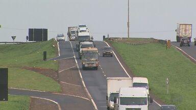 Lei do farol aceso nas estradas durante o dia volta a valer em todo o Brasil - Infração média dá multa de R$ 85,13.