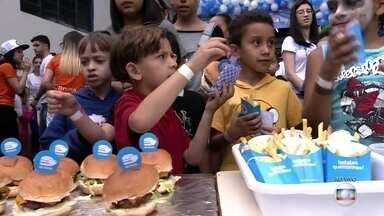 'Hamburgada do Bem' faz a alegria das crianças em escolas de SP - O evento é organizado por voluntários.