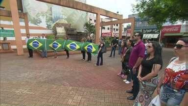 Pais de alunos protestam contra a ocupação de escolas em Apucarana - Eles cobram o fim das ocupações e a volta as aulas. Pais tentaram um acordo para desocupação das escolas, mas agora cabe à Justiça essa decisão.