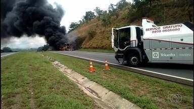 Vídeo mostra ônibus pegando fogo na BR-060, em Anápolis - Apesar do susto, ninguém ficou ferido.
