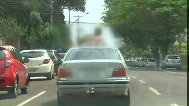 Crianças são flagradas pra fora de veículo em movimento - Flagrante foi feito em uma rua central de Cascavel.
