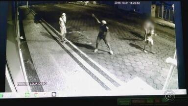 Adolescentes são suspeitos de quebrar vitrine e assaltar loja - Uma loja de Paraguaçu Paulista (SP) foi furtada, na madrugada deste sábado (22), por um grupo de cinco jovens, quatro deles menores de 18 anos. Eles quebraram o vidro da fachada com pedras e levaram roupas e sapatos. Câmera do circuito de segurança registrou a ação da jovem e dos adolescentes.