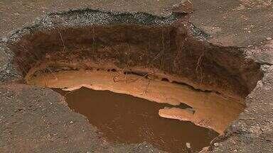 Mulher 'engolida' por buraco em calçada ficará 7 dias sem trabalhar em Ribeirão Preto - Vítima entregava panfletos na zona leste quando caiu em cratera.