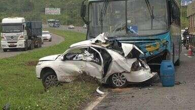 Engenheiro morre em acidente entre carro e ônibus, na Serra, ES - Acidente aconteceu no km 261 da BR-101, na manhã deste sábado (22).PRF-ES disse que trânsito ficou lento, mas não foi interditado.