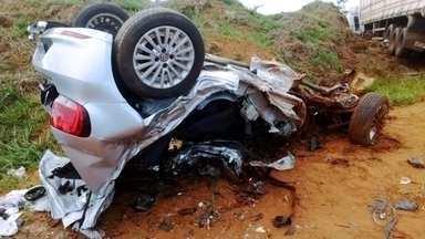 Acidentes envolvendo caminhões matam três pessoas na região de Bauru - Em Arealva, um casal de namorados morre após ser atingido por um caminhão e em Botucatu, um caminhoneiro morreu após tombar o veículo e cair em uma ribanceira.