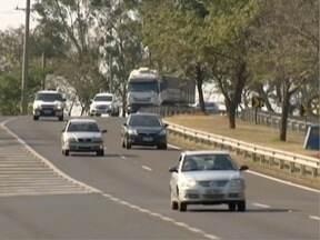 Acender os faróis em rodovias volta a ser obrigatório - Motoristas que desrespeitarem a lei podem ser multados a partir desta segunda (24).