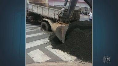 Caminhão da Prefeitura de Indaiatuba cai em buraco após asfalto ceder - Acidente aconteceu em uma avenida no Bairro Jardim Morada do Sol.