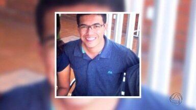 Emoção marca velório do repórter da TV Morena em Corumbá - Amigos e familiares de Michel Lorãn, repórter da TV Morena, que faleceu na última sexta-feira, se despedem no velório em Corumbá, onde o jovem morava.
