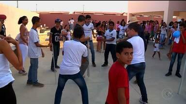 GRE e escola estadual Emaaf realizam encontro para promover a paz no Vivendas II - A população atendeu o chamado e a festa ficou bonita.