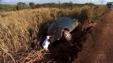 Motoristas reclamam de buracos em rodovias de Goiás - Problemas aumentam por conta das chuvas.