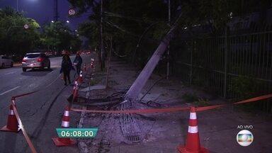 Ônibus bate em poste na Marginal Pinheiros - O motorista e perdeu o controle da direção e bateu o veículo no poste. O ônibus faz o transporte de funcionários da própria empresa do coletivo.