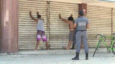 Protesto na Leitão da Silva motiva ataques a carro dos Correios e lojas - Revolta aconteceu por morte de adolescente no bairro Itararé, em Vitória.Dez malotes do Tribunal de Justiça foram levados pelos manifestantes.