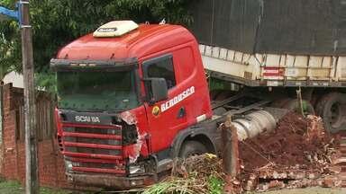 Caminhão desgovernado invade quintal de casa em Maringá - No caminho ele ainda derrubou um poste e quebrou o muro da casa