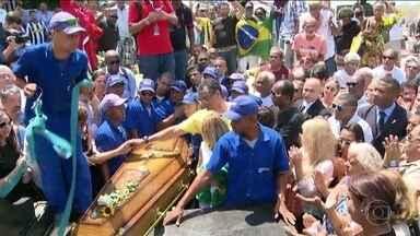Com a presença de muitos amigos, Carlos Alberto Torres é enterrado no Rio de Janeiro - Grandes nomes do futebol estiveram presentes na cerimônia.
