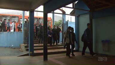 Estudantes deixam escolas públicas mas ainda tem colégios ocupados - Hoje em Ponta Grossa pelo menos em quatro colégios já retornaram às aulas
