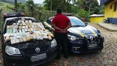Homem é preso com tabletes de maconha na BR-101 em Guarapari - Suspeito tentou fugir pela vegetação da rodovia. Apreensão aconteceu nessa terça-feira (25).