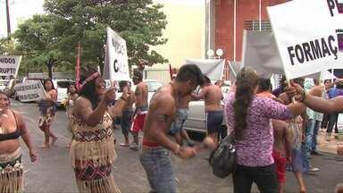 Índios e moradores de Tamarana fazem protesto em frente ao MP em Londrina - Eles querem que o Ministério Público agilize os processos de improbidade administrativa contra o prefeito eleito Beto Siena, relativos ao primeiro mandato dele, em 2011.