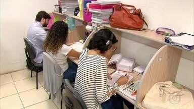 Bibliotecas e salas de estudo viram refúgios para concurseiros - Em busca de um ambiente mais tranquilo, estudantes chegam a pagar por espaços apropriados