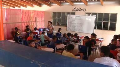 Escola com capacidade para 500 estudantes recebe cerca de 1000 alunos em Balsas, MA - Biblioteca, corredores, sala dos professores e até a cantina virou sala de aula.