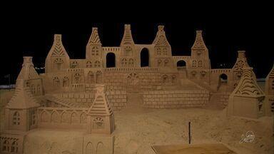 Artistas reconstroem esculura nas areias da Beira Mar após destruição da obra - Dupla de artistas cearenses criam esculturas de areia na Avenida Beira Mar.