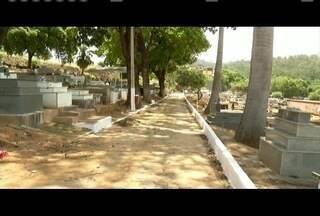 Há menos de uma semana para o dia de Finados, cemitérios do Vale do Aço são preparados - Lojas de artigos religiosos e floricultoras também se preparam para o dia.