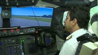 Marceneiro realiza sonho e constrói simulador de voo em casa no ES - Valmir Freitas construiu todos os detalhes da aeronave.Projeto do simulador já tem oito anos de existência.