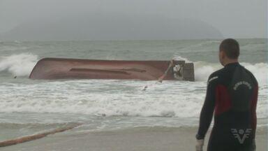 Barco com tripulantes de Cananéia naufraga em Santa Catarina - Mar agitado, chuva e neblina atrapalham os trabalhos de busca em São Francisco do Sul nesta quarta-feira