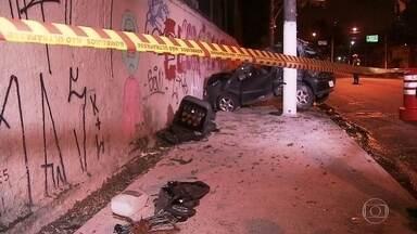 Acidente grave mata uma mulher e fere outras três pessoas na Avenida Interlagos - Por volta das duas da madrugada, o carro bateu em duas árvores, num poste e só foi parar no muro. Dos quatro ocupantes, dois ficaram presos nas ferragens, todos foram levadas ao hospital, mas a mulher morreu.