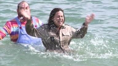 Nathalia e equipe do 'Você Mais Poderosa' vão relaxar em hotel e mergulham no mar - Marido de Nathalia monta a mala apenas com shorts e camisetas