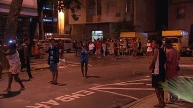 Moradores do Chapéu Mangueira fazem protesto depois de morte de homem - Homem foi baleado durante operação policial na comunidade. Ele foi levado pro hospital mas não resistiu. Moradores jogaram pedras em policiais durante protesto, perto da esquina com a Rua Gustavo Sampaio.