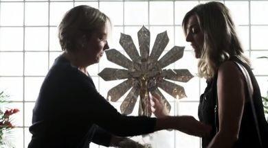 Duas mulheres disputam o título de viúva para receber aposentadoria - No segundo episódio da série Segredos de Justiça, Marta (Heloísa Périssé) e Eliana (Julia Rabelo) querem a pensão de Zé Pernambuco (Nelson Freitas).