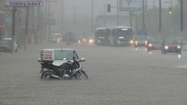 Chuva deixa pontos alagados na Grande Vitória - Há registro de alagamento em São Pedro, Bento Ferreira e na Lindenberg.Previsão é de chuva com alguns períodos de sol entre nuvens.