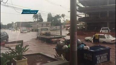 Chuva provoca estragos na região de Vicente Pires - A Redação Móvel estacionou em Vicente Pires para mostrar os problemas provocados pela chuva. Moradores registraram alagamento pelas ruas. Calçadas ficaram destruídas.