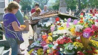 Cemitérios de São Carlos e Araraquara devem receber 55 mil pessoas nesta quarta-feira (2) - Visitantes fazem questão de prestar homenagens no Dia de Finados.