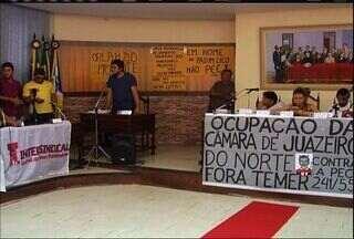 Manifestantes continuam ocupação da Câmara Municipal de Juazeiro do Norte - Eles realizaram uma sessão com a presença de vereadores e da Defensoria Pública.