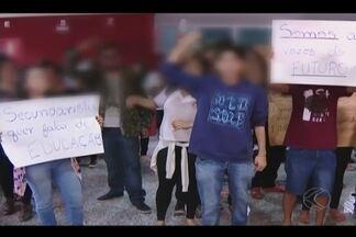 MP se reúne com pais para discutir sobre ocupação; alunos manifestam - Em Uberlândia, 24 escolas estão ocupadas e 13 não terão Enem. Pais fazem reivindicações ao promotor da Infância e Juventude