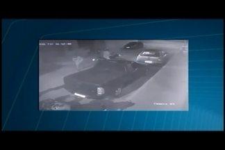 Câmeras registram ação de assaltantes em Nova Serrana - Crime ocorreu na zona rural da cidade; suspeitos chegaram em uma moto.