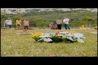 Voluntários se dedicam a distribuir mensagens no Dia de Finados em Divinópolis - Confira a movimentação em um cemitério municipal da cidade.
