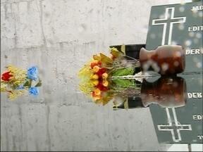 Movimentação nos cemitérios de Passo Fundo, RS, é intensa no feriado - Nem mesmo a chuva atrapalhou a visita aos cemitérios da cidade