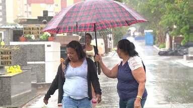 Chuva forte diminui número de visitas a cemitérios de Londrina no Dia de Finados - Temporal chegou à cidade no início da tarde, e fez com que o movimento fosse abaixo do esperado.