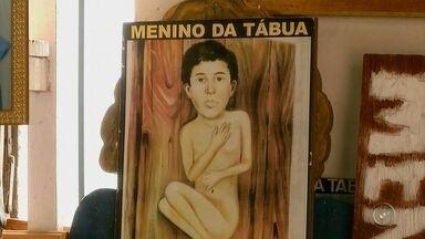 Cerca de 20 mil pessoas visitam túmulo no menino da tábua em Maracaí - Em Maracaí, os devotos fizeram uma romaria ao túmulo do menino da tábua. A fama de milagreiro levou cerca de 20 mil pessoas até o cemitério da cidade.