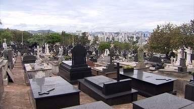 Homenagens aos mortos lotam cemitérios de Belo Horizonte neste dia Finados - Trânsito ficou lento no entorno dos principais cemitérios da cidade.