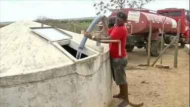 População de 128 municípios do Ceará sofre com seca - Abastecimento de municípios é feito com carros-pipa.