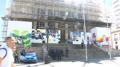Prédio da Alerj passa por limpeza após invasão por manifestantes - A manifestação começou na manhã de terça-feira (8).