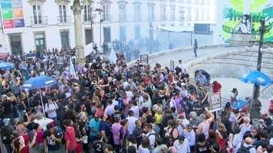 Servidores fazem protesto em frente à Alerj contra pacote de medidas do governo - Os manifestantes vestiam preto em sinal de luto. Servidores da saúde, do judiciário e dos professores ocuparam a escadaria da Alerj e a rua.
