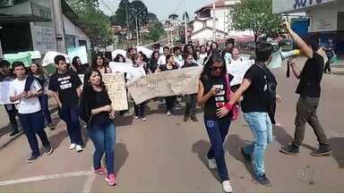 Estudantes de escola estadual fazem manifestação em Castro - Cerca de 60 manifestantes protestaram contra PEC que reformula o ensino médio