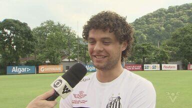 Lateral do Santos, Vitor Ferraz, comemora paternidade - Jogador soube que ia ser pai minutos antes do treinamento do Santos.
