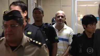 PF investiga atuação de PMs suspeitos em assassinatos e desaparecimentos em GO - Nesta fase, uma das pessoas detidas e levadas a prestar depoimento é o chefe do policiamento de Goiânia, tenente-coronel Ricardo Rocha. Ele foi levado para a superintendência da Polícia Federal em Brasília.