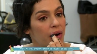 Maria Flor mostra figurino da sua personagem em A Lei do Amor - Maquiadora mostra detalhes da make de Flávia